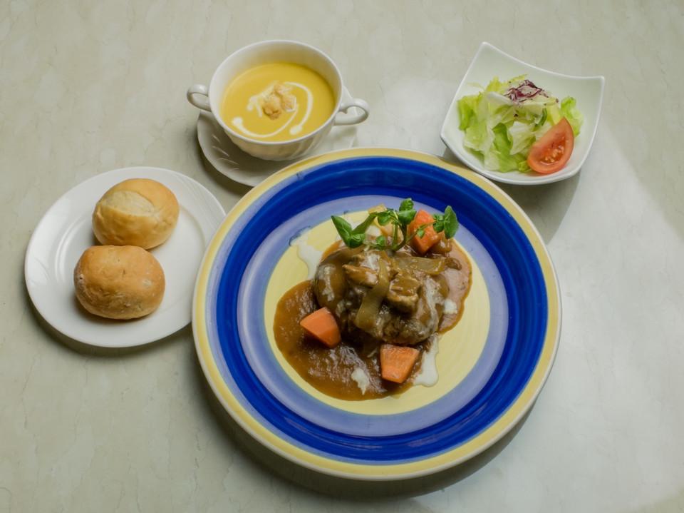 ハンバーグと牛バラ肉の煮込み 温野菜添え